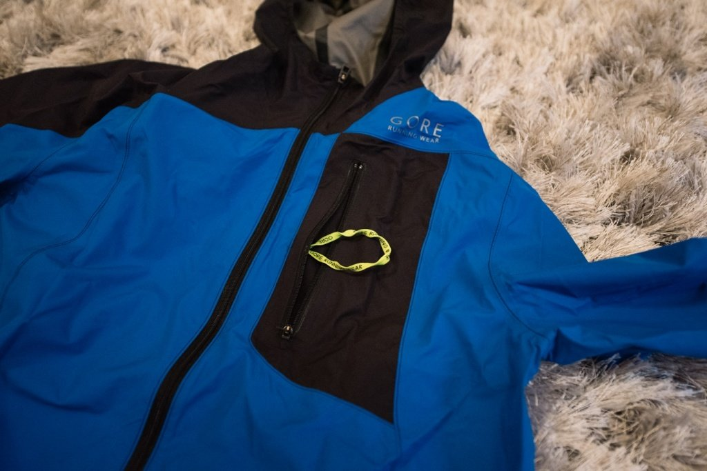 gore running wear fusion windstopper active shell - pocket with loop